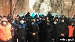 Ереуілге шыққан жұмысшылар туралы видеодан алынған скриншот.