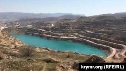 Блакитне озеро в Кадиковському кар'єрі