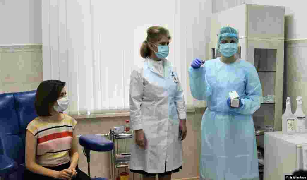 Президент Республики Молдова Майя Санду вакцинируется против Covid-19 препаратом AstraZeneca, 7 мая 2021