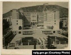 მთავრობის სახლი, რომელიც სამხედრო ტაძრის ტერიტორიაზე აშენდა