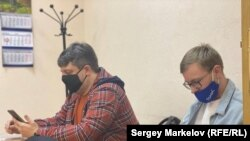 В суде Кирилл Прохоров (справа), Сергей Казаков, юрист (слева)