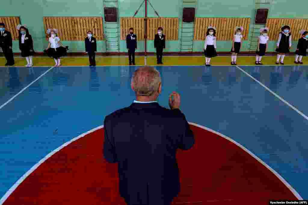 1-класстын окуучулары сабак учурунда. Бишкек. 1-сентябрь, 2020-жыл. Кыргызстанда окуу 1-сентябрда башталганы менен мектептерде 1-класстын окуучулары гана окуп жатат. Ал эми калган класстар окууну аралыктан улантууда.