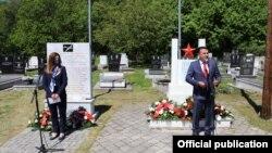 Зоран Заев и Кејт Мери Брнс пред спомен плочата на петмината американски пилоти во Вратница, Тетовско