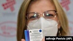 Медицинский работник с упаковкой вакцины российского производства «Спутник V».