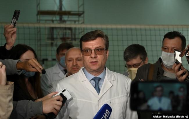 Александр Мураховский (теперь уже бывший главврач омской больницы, где лечили Навального) рассказывает журналистам о его состоянии, 21 августа 2020 года
