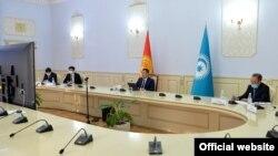 Түрк тилдүү мамлекеттердин кызматташтык кеңешине мүчө мамлекеттердин башчыларынынбейрасмий саммити видеожыйын түрүндө өттү. Кыргызстандын мамлекет башчысы Садыр Жапаров президенттик аппараттын кызматкерлери менен. 2021-жылдын 31-марты.