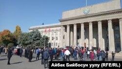 Бишкек шаарындагы эски аянт. Өкмөт Үйүнүн алды. 10-октябрь, 2020-жыл.