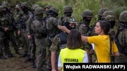 Claudia Jaczyra سیاستمدار لهستانی سعی کرد در 20 آگوست 2021 با نگهبانان مرزی که در نزدیکی گروهی از پناهندگان و مهاجران در روستای Usnarz Gorny در نزدیکی Bialystok ، در شمال شرقی لهستان ، جایی که با بلاروس هم مرز است ، مذاکره کنند.