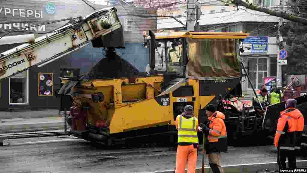 Главный фронт работ подрядная огранизация «ВАД» в настоящее время развернула на улице Киевской, у Куйбышевского рынка