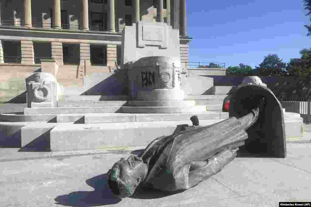 Скинений демонстрантами пам'ятник Едвардові Кармаку в центрі Нашвілла, штат Теннессі, фото 31 травня 2020 року – після того, як попереднього дня мирна демонстрація переросла в насильство. Кармак був політиком, юристом і журналістом, який наприкінці 19 – на початку 20-го століття виступав проти рівних громадянських прав для темношкірих і білих і підтримував ідею «судів Лінча» (самосудів) проти темношкірих.