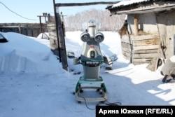 Робот Светлячок помогает Гришаеву по хозяйству