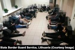 Нелегальные мигранты сразу после задержания на белорусско-литовской границе, 2 июля 2021 года