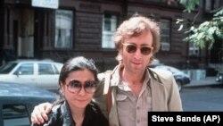 John Lennon és Yoko Ono megérkezik a New York-i stúdióhoz. 1980. augusztus 22.