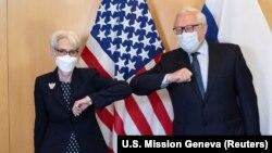 ABŞ dövlət katibinin müavini Vendi Şerman (solda) və Rusiya xarici işlər nazirinin müavini Sergey Ryabkov iyulun 28-də Cenevrə danışqılarından əvvəl