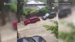 Повінь у Ялті: затоплені вулиці й автомобілі (відео)