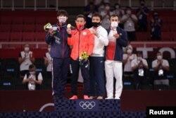 60 келіде Токио алтынын жапон Наохису Такато, күмісті Ян Юнвей (Қытайлық Тайпей), қоланы Сметовпен қатар франциялық Лука Мхекидзе иеленді.