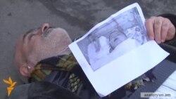 Գասպարին իր բողոքն է արտահայտել՝ մայթին պառկելով
