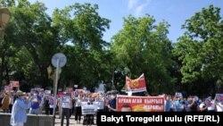 Protestçiler Orhan Inanyň tapylmagyny talap edip, Bişkekde parlament binasynyň golaýynda ýygnanyşýar.