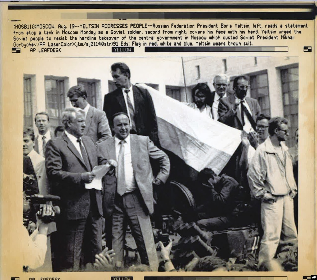 А пізніше 19 серпня Єльцин заліз на один із танків, які блокували будівлю парламенту, і фотографія цього його виступу перед демонстрантами стала символом протистояння ватажкам кремлівського путчу