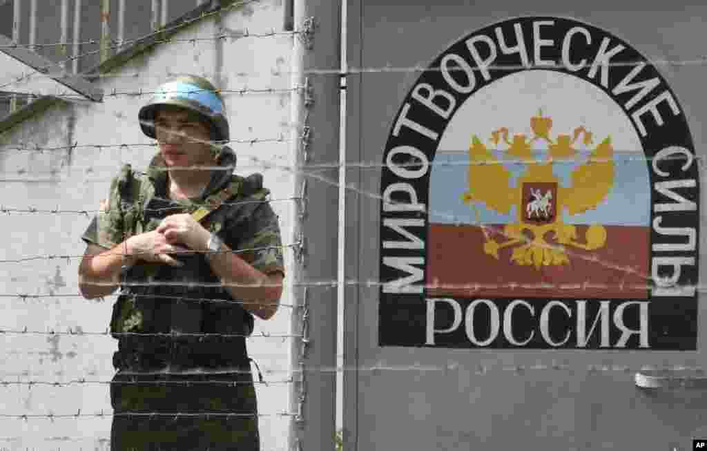 Руски мировник го чува контролниот пункт на реката Ингури во Абхазија, 14.08.2008 година. Во другиот отцепен грузиски регион, Абхазија, руските мировници се стационирани од 1994 година за да ги запрат воените конфликти и етничкото чистење започнати во 1992 година, заедно со невооружени набљудувачи на ОН. Бидејќи избувнаа борби во Јужна Осетија во август 2008 година, руските и абхазиските сили ги нападнаа грузиските трупи во клисурата Кодори, а потоа се повлекоа во Грузија.