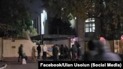 Демонстранты взламывают ворота здания Государственного комитета национальной безопасности.