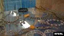 Ўзбекистон заргарлик дўконларидаги аксар импорт молларининг контрабанда йўли билан киритилгани ҳақида тахминлар бор.