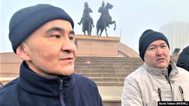 Макс Бокаев и Талгат Аян на фоне памятника Исатаю и Махамбету, предводителям восстания казахов в 19-м веке. Атырау, 4 февраля 2021 года.