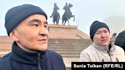 Түрмеден шыққан бетте Исатай-Махамбет алаңына барған Макс Боқаев (сол жақта) пен оның жанында тұрған Талғат Аян. Атырау, 4 ақпан 2021 жыл.