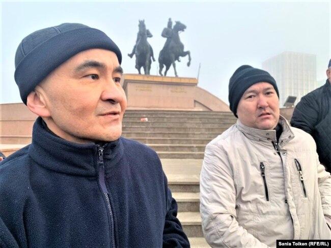 Макс Бокаев (слева) и Талгат Аян стоят на площади Исатая и Махамбета. Атырау, 4 февраля 2021 года.