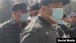 Избиратели в медицинских масках с меткой в виде точки на участке в Оше. 11 апреля 2021 года.