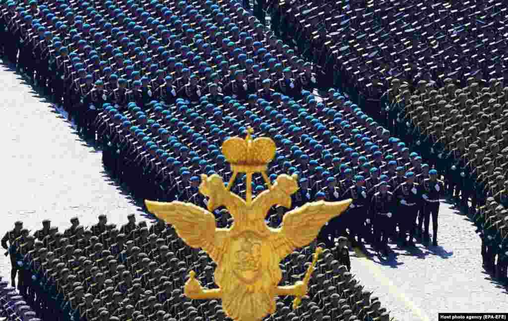 Російські військовослужбовці крокують під час військового параду на Красній площі. Росія почала скасовувати антикоронавірусні карантинні заходи протягом останніх тижнів, але кількість нових випадків захворювання залишається занадто високою – понад 7000 на день