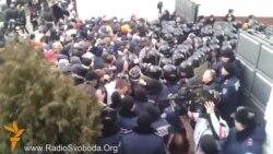 Силовики та активісти побилися у Харкові