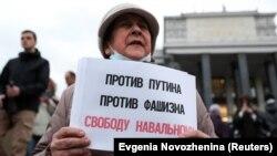 Участница акции в поддержку российского оппозиционера Алексея Навального в Москве, 21 апреля 2021 года.