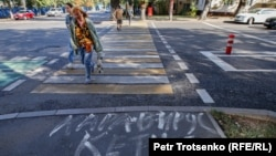 Надпись на асфальте: «Черный вирус, уходи» — на одной из улиц Алматы. 11 сентября 2020 года.