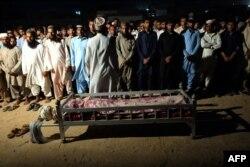 ساکنان گوادر در مراسم تشییع جنازه قربانیان حمله 20 اوت ، که ارتش مسئول بلوچستان (BLA) مسئولیت آن را بر عهده گرفت