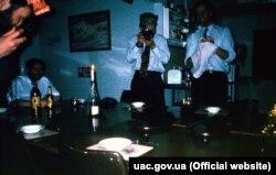 Британські та українські полярники разом святкують Різдво, 1995 рік. Фото з архіву НАНЦ