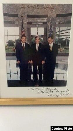 Фарид (слева) и Мансур Максуди с Дугом Ивестором, президентом и генеральным директором компании Coca-Cola, 1996 г.