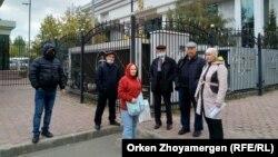 Группа граждан, несогласных с неправосудными, по их мнению, решениями, стоят перед зданием Верховного суда Казахстана. Нур-Султан, 23 сентября 2021 года
