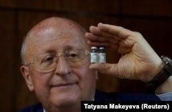 """Александр Гинцбург, директор Национального исследовательского центра эпидемиологии и микробиологии имени Н. Ф. Гамалеи, демонстрирует разработанную центром вакцину от коронавируса """"Спутник V"""""""