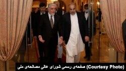 اسد قیصر (راست) رئیس اسامبله ملی پاکستان در دیدار با داکتر عبدالله عبدالله، رئیس شورای عالی مصالحه ملی افغانستان