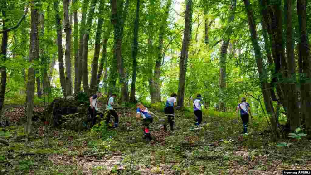 Юні учасники змагання зі спортивного орієнтування на схилах нижнього плато пересувалися своїми маршрутами