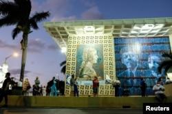 Флорида, графство Майами-Дейд, очередь на избирательный участок, расположенный в библиотеке Джона Кеннеди, 3 ноября 2020 года