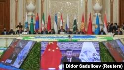 Участники саммита Шанхайской организации сотрудничества в Душанбе слушают выступление лидера КНР Си Цзиньпина, 17 сентября 2021 года