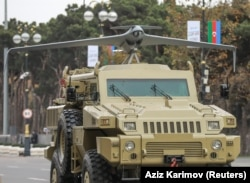 Kendaraan lapis baja Angkatan Darat Azerbaijan dengan UAV terpasang