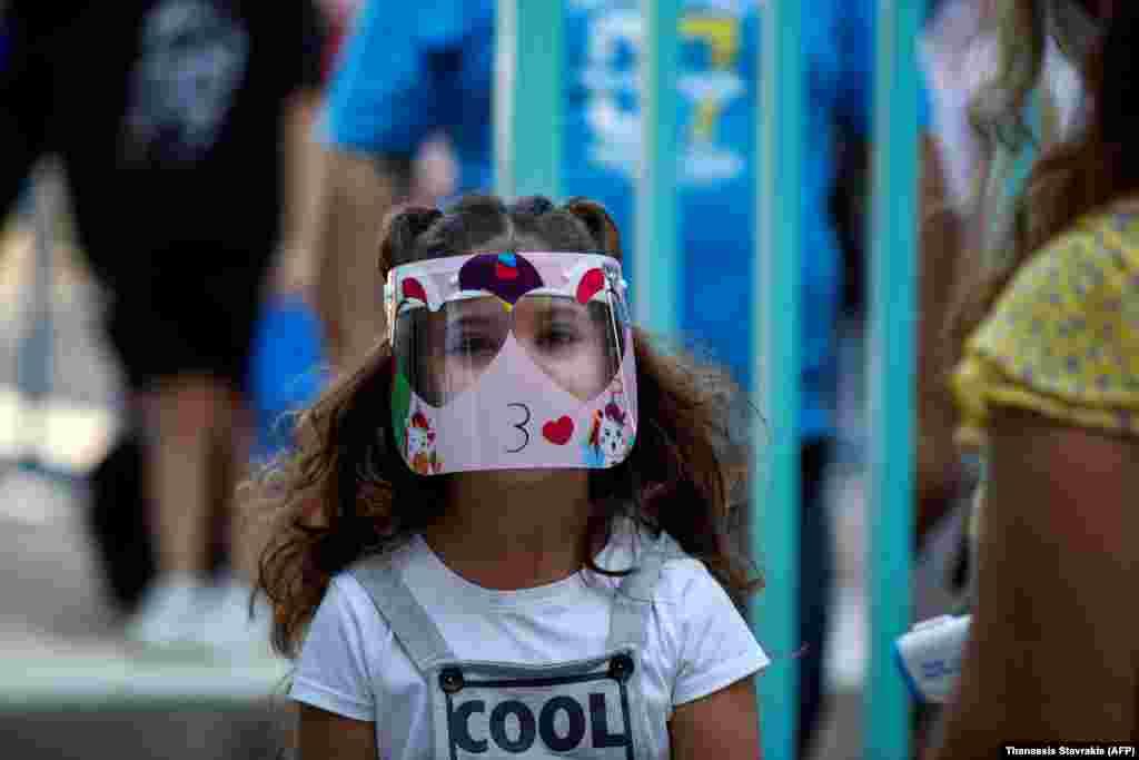 ГРЦИЈА - Почнувајќи од сабота, Грција воведува тринеделен национален карантин, за да се запре ширењето на коронавирусот, соопштија властите.