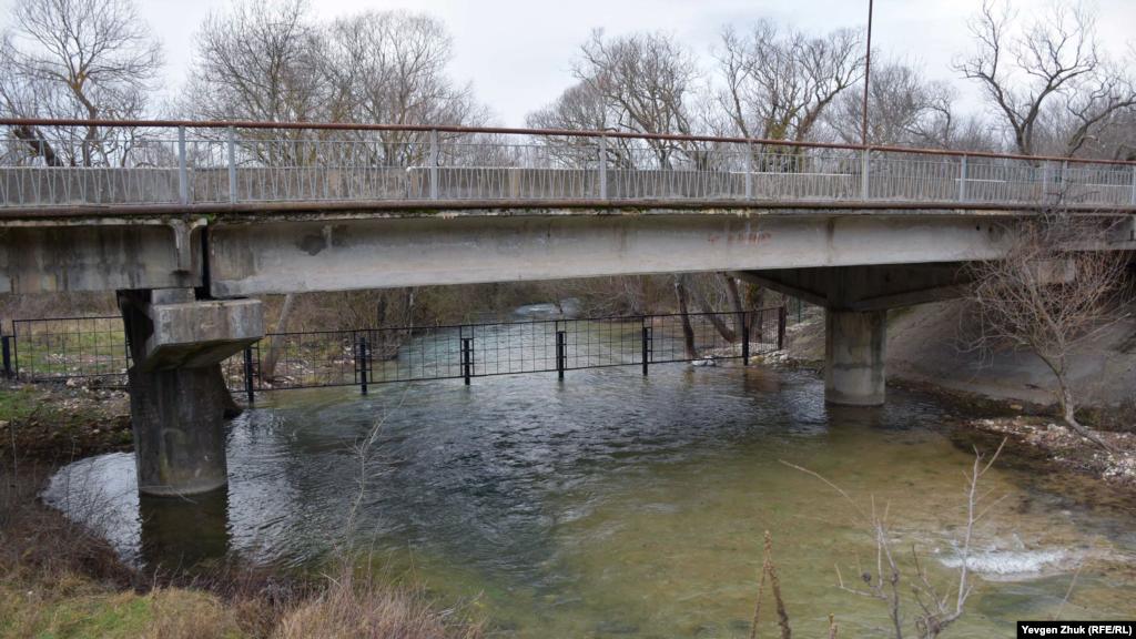 Міст через річку Узунджа в селі Родниківське, під яким «Водоканал» нещодавно встановив загородження
