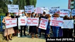 Pjesëmarrësit në protestën në Ferizaj kërkojnë drejtësi për gratë e vrara.