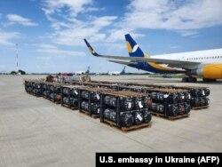 Американська військова допомога розвантажується на летовищі в Києві. 17 червня 2020 року