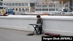 Вуличний музикант на набережній Корнілова в Севастополі