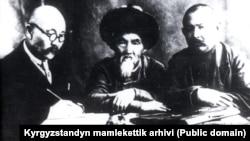 Ыбырайым Абдыракманов, Тоголок Молдо, Саякбай Каралаев (солдон оңго). 1930-жж.